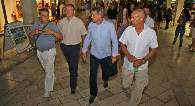 ŽELEĆI SE UVJERITI KAKO RADE GRADSKE SLUŽBE Kalmeta sa suradnicima prošetao Poluotokom
