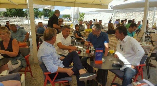NA FORUMU General Gotovina i Željko Dilber popili kavu s Karamarkom i Kalmetom