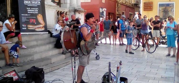 "Amerikanac Jimmy izvedbom Ivčićeve ""Kalelarge"" oduševljava publiku na Narodnom trgu!"
