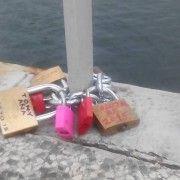 PO UZORU NA PARIZ Zaljubljeni ostavljaju lokote ljubavi na zadarskom mostu