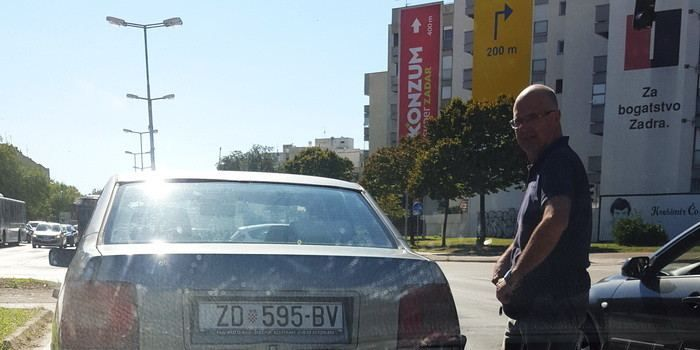 OSTAO BEZ GORIVA Ljutiti vozači psovali i vikali na njega