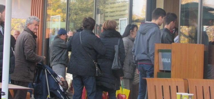 GUŽVE ISPRED MC'DONALDSA Građanima nije teško čekati u kolonama dugim 5 metara!