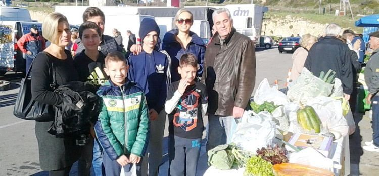 ŠTAND DOBROTE Djeca prodavala voće i povrće da prikupe novac drugoj djeci za topli obrok!