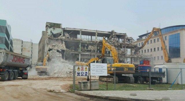BAGERI SVAKODNEVNO RADE Uskoro nestaje zgrada Borisa Kidriča
