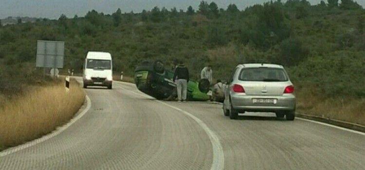 (FOTO) NAKON VIŠESTRUKOG PREVRTANJA AUTOMOBILA Pokušava se pomoći vozačici