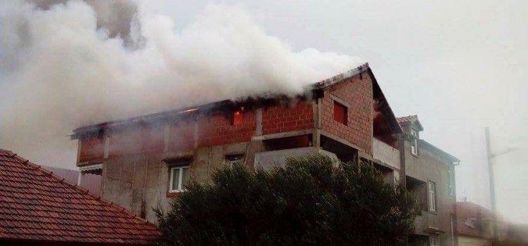 (FOTO) STRAH I PANIKA ZBOG POŽARA Izgorilo potkrovlje kuće na Stanovima!