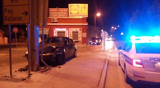 (FOTO) PROMETNA NESREĆA Pijan vozač noćas udario u stup, razbio auto i sebe!