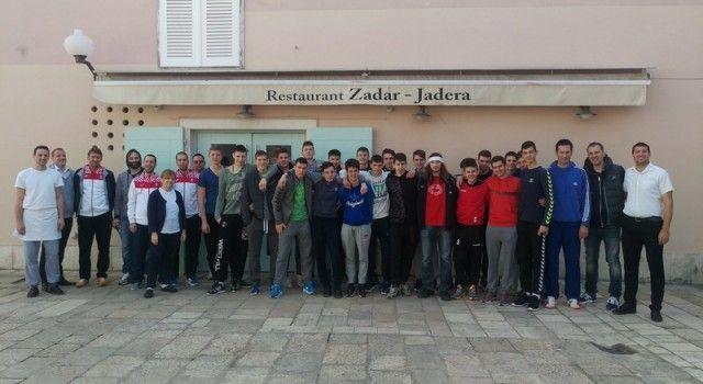 Konobari, kuhari i ostali djelatnici restorana Zadar sprijeteljili se rukometnom reprezentacijom!