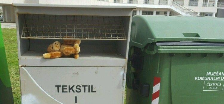 PLEMENIT ČIN Djeca pored kontejnera za smeće ostavljaju igračke siromašnoj djeci!