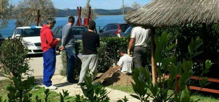 BIOGRAD: Jedan kopa, a četvorica gledaju je li dobro radi!