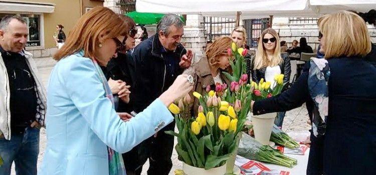 """NA NARODNOM TRGU Humanitarna akcija """"Omiljeni cvijet Ane Rukavina"""""""