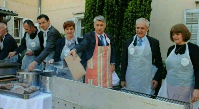 ŽUPAN ZRILIĆ SA SURADNICIMA VOLINTIRAO OKO ROŠTILJA Razveselili korisnike Doma Sv. Frane