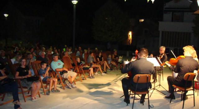 Gudački kvartet Cadenza iz Zagreba klasičnom glazbom na Trgu Brce iznova oduševio publiku u Biogradu