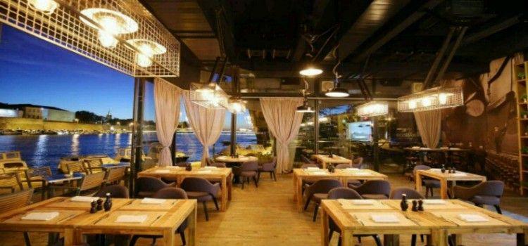 ZADAR DOBIO PREKRASNO MJESTO ZA IZLASKE Maraschino bar preuređen u Harbor Cookhouse & Club