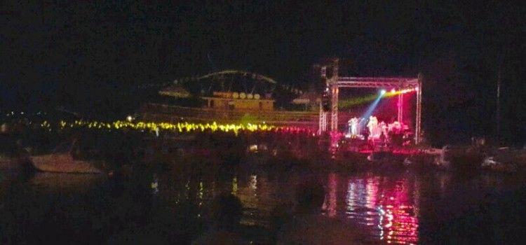 VESELO U SV. FILIPU I JAKOVU Tisuće posjetitelja na koncertu Parnog Valjka