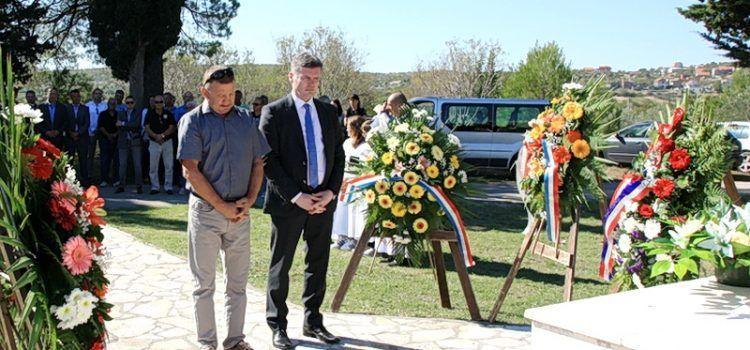 Ministar Dario Nakić položio vjenac i poklonio se žrtvama u Vukšiću