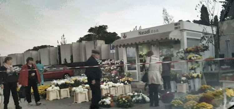 SJEĆANJE NA NAJMILIJE Građani kupuju cvijeće i obilaze groblje