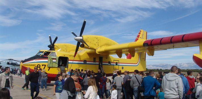 FOTOGALERIJA Avione u Zemuniku razgledavalo 10.000 građana s djecom!