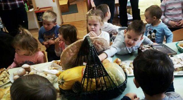 DANI KRUHA Djeca iz Sukošana i Debeljaka pomagala u pripremi kruha i kolača