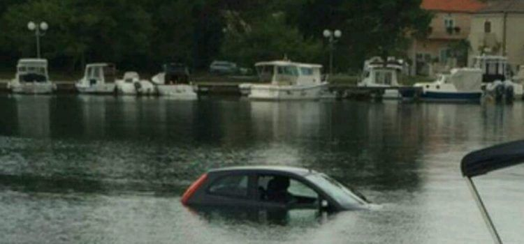 (FOTO) UVALA BREGDETI Vozačica sletjela u more, spasili je prolaznici