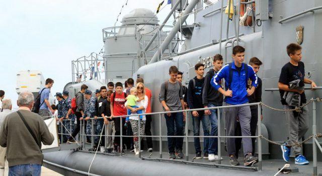 FOTO Zadrani cijeli dan razgledavali ratni brod