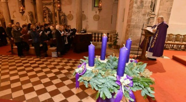 U CRKVI SV. ŠIME U ZADRU Zapaljena prva adventska svijeća