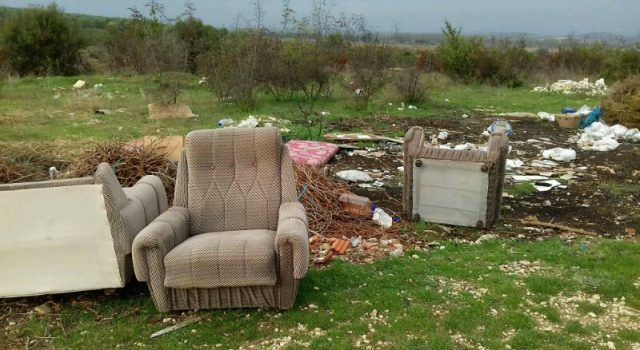 DIREKTOR NE REAGIRA Divlje odlagalište otpada u Biogradu šokira turiste!