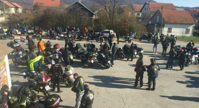 """""""OD PREVLAKE DO VUKOVARA"""" Karavana motociklista dočekana i u Gračacu"""
