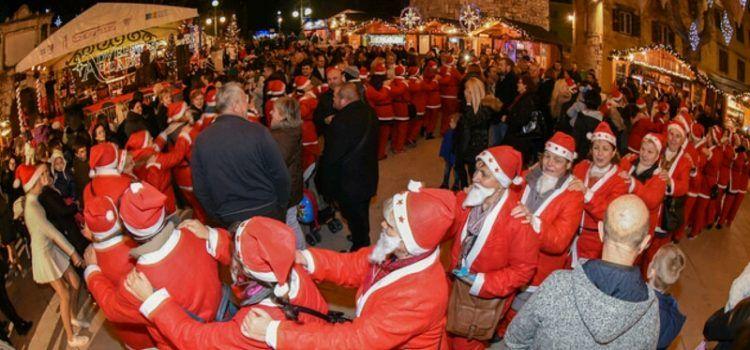 ODRŽANA VESELA UTRKA Kalelargom protrčalo 300 Djedova Božićnjaka
