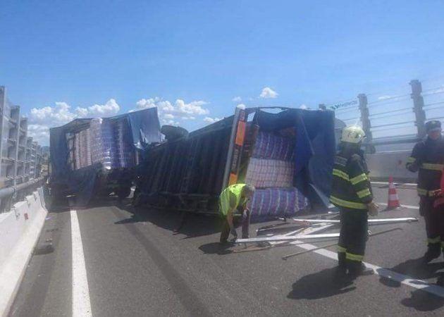 FOTO Na autocesti u smjeru Zadra prevrnuo se kamion!