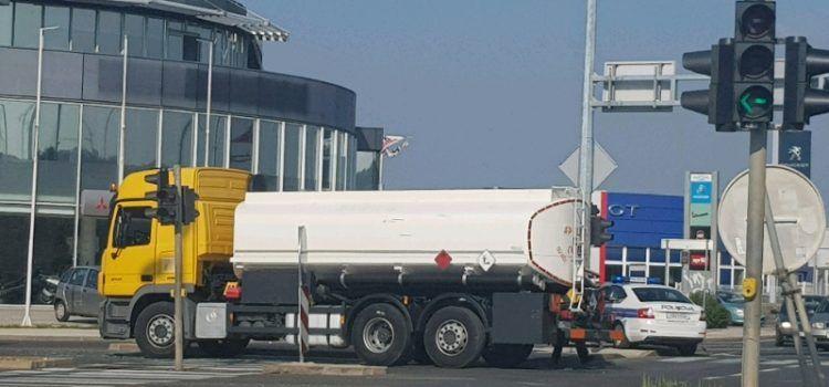 U prometnoj nesreći sudjelovao kamion cisterna, promet se odvija otežano!
