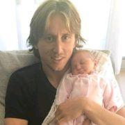 PONOSAN OTAC Luka Modrić pozirao s najmlađom kćerkicom!
