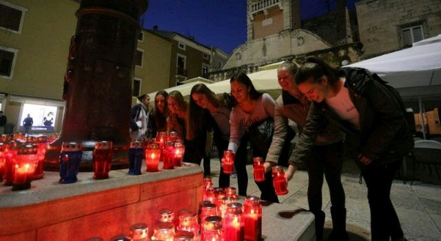 Mimohod i lampioni u Zadru u spomen na žrtve Škabrnje i Vukovara
