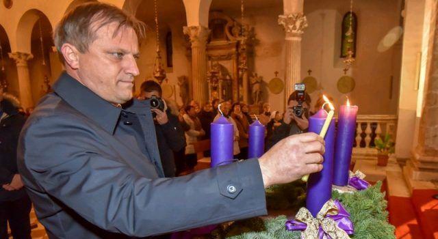 Drugu adventsku svijeću upalio je gradonačelnik Dukić