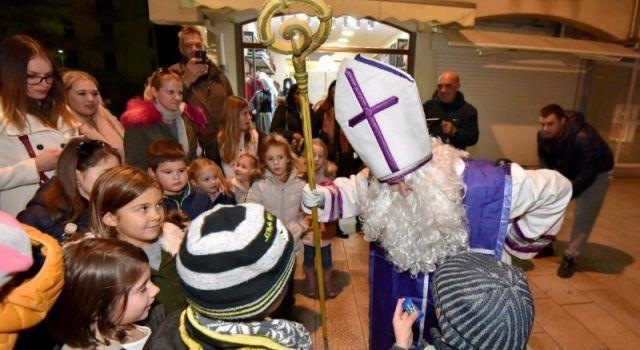 GALERIJA Sveti Nikola s Krampusom i Vilenjakom zabavljao mališane