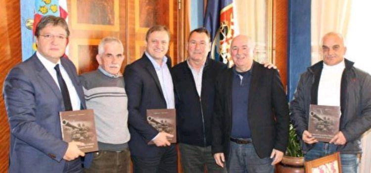 Gradonačelnik Dukić primio autore monografije o 112. brigadi