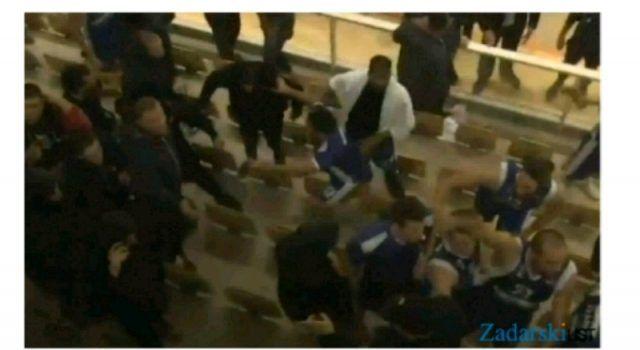VIDEO Košarkaši Zadra utrčali na tribine između navijača i policije