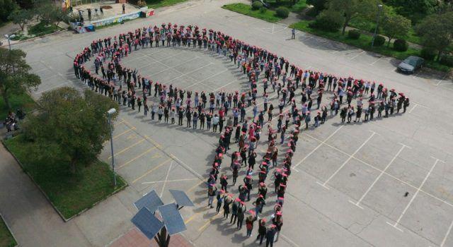 Slika iz zraka: Zadrani tijelima formirali simbol vrpce – znaka Lige protiv raka
