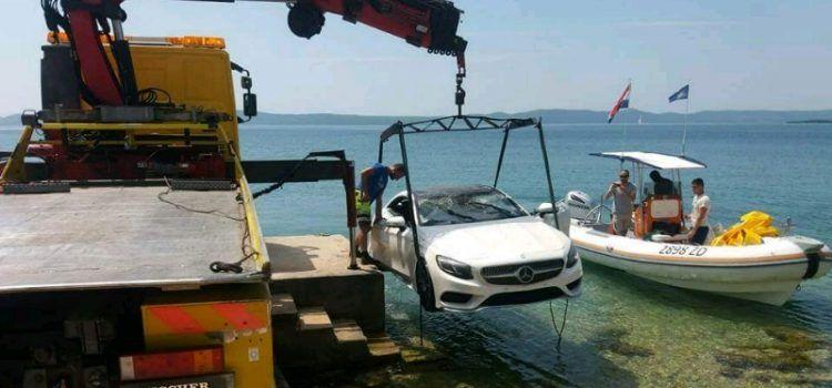 GALERIJA Djelatnici Vučne službe Deur izvukli luksuzni Mercedes iz mora