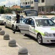 Noćas pretučen 58-godišnji vozač taksija, a automobil mu oštećen