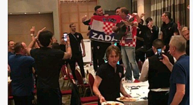 VIDEO Vatreni poslavili: Grdović na stolu pjevao sa Subom i Vrsaljkom!