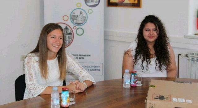 Matea Čerina i Jelena Mikulić nagrađene laptopom za odličan uspjeh u školi – 5,0