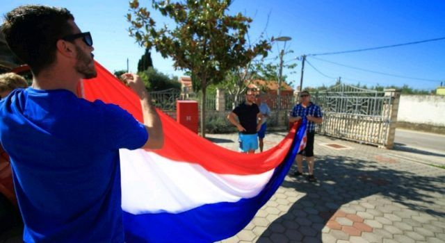 GALERIJA Bibinjci uoči finalne utakmice na zvonik izvjesili zastavu od 9 metara!