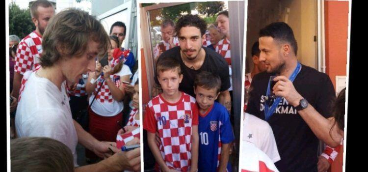 GALERIJA Modrić, Suba i Vrsaljko oduševili djecu u prijeteljevom kafiću