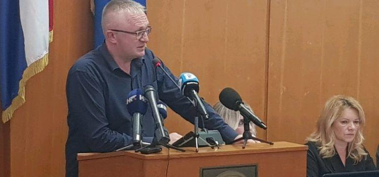 Novoselović: Zašto gradonačelnik putuje potajno i koga vodi sa sobom?