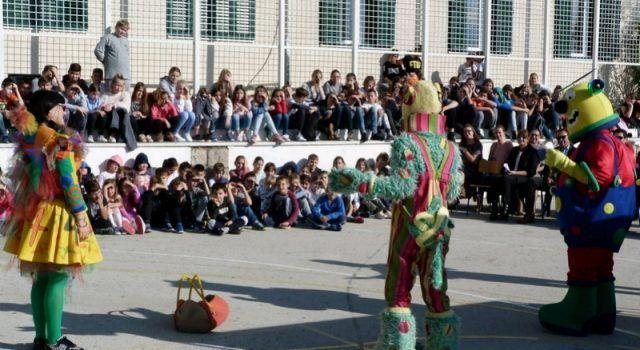 """EDUKACIJA Učenici iz Starigrada gledali predstavu """"Bembo i prijatelji protiv mina"""""""