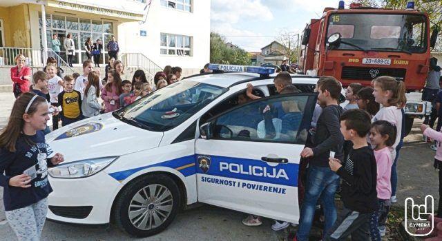 U Škabrnji održana preventivna policijska akcija za djecu iz škole i vrtića