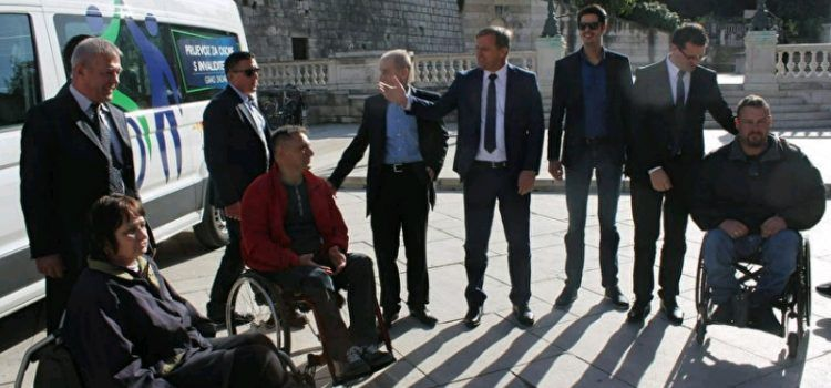 Nabavljeno novo kombi vozilo za prijevoz osoba s invaliditetom i predano Liburniji