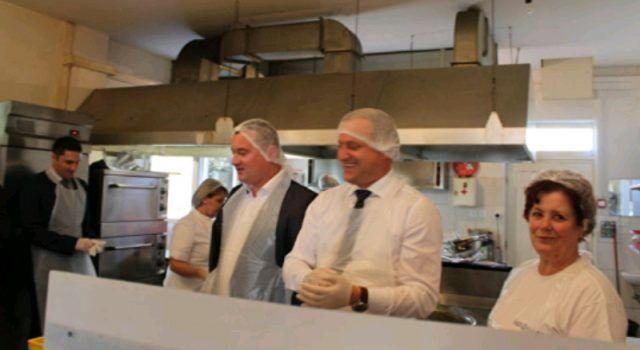 DAN VOLONTERA Gradonačelnik Dukić dijelio obroke u Pučkoj kuhinji