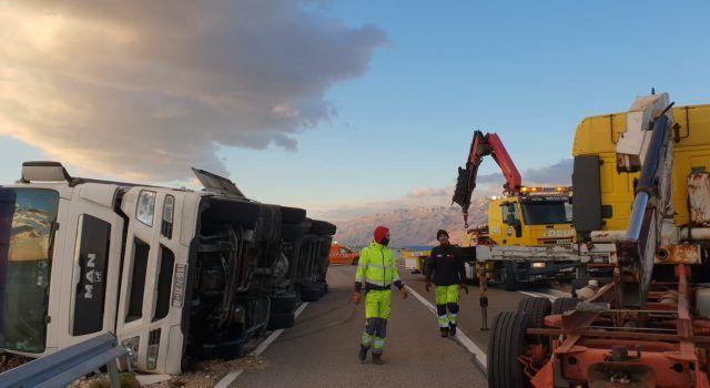 VIDEO Akcija uklanjanja kamiona kojeg je prevrnula bura